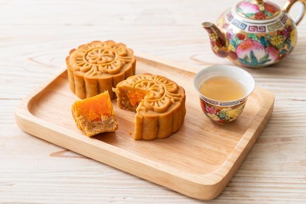 나무 접시에 차 중국 문 케이크 두리안과 달걀 노른자 맛