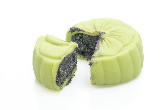 白で分離された黒ゴマと中国の月餅緑茶味