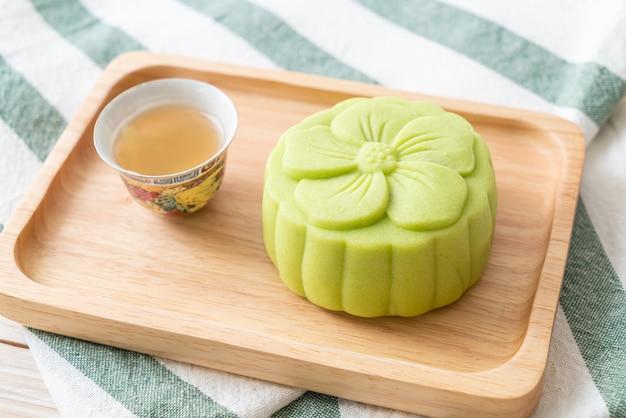 木の板にお茶と中国の月餅緑茶味