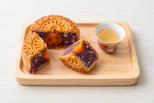 中国の月餅紫芋味と木の板にお茶