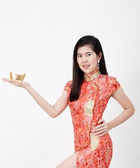 Китайский Новый год, бизнес женщина, держащая золотой слиток
