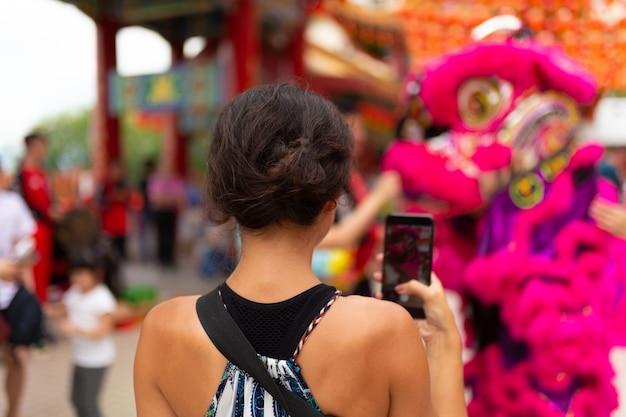 중국 사원에서 중국 새 해 축 하입니다. 중국 용은 춤과 단과 귤을 배급합니다. 축제 중국 엔터테인먼트