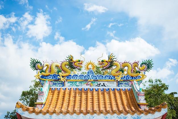 중국 새 해 중국 사원 지붕 위에 중국 용 동상