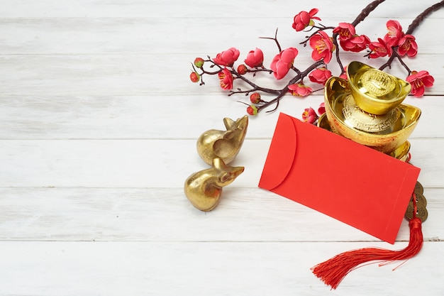 木製の背景に中国の新年装飾
