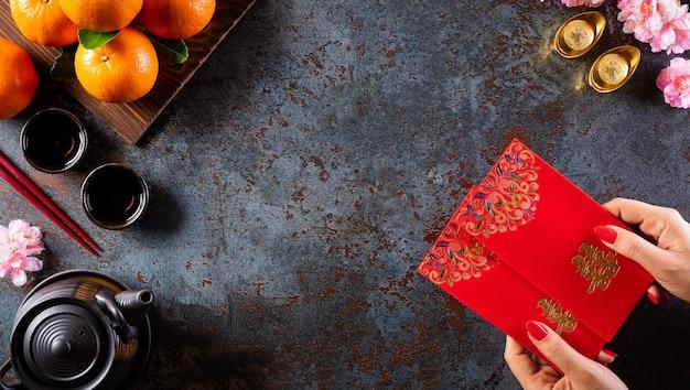 中国の旧正月の装飾、捕虜または赤いパケット、オレンジと金のインゴット