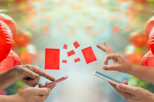 Китайский новый год, digital hongbao или красный конверт отправляют на мобильный телефон.