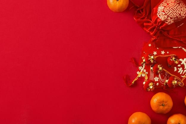 赤い背景の上の中国の旧正月の祭りの装飾とオレンジ