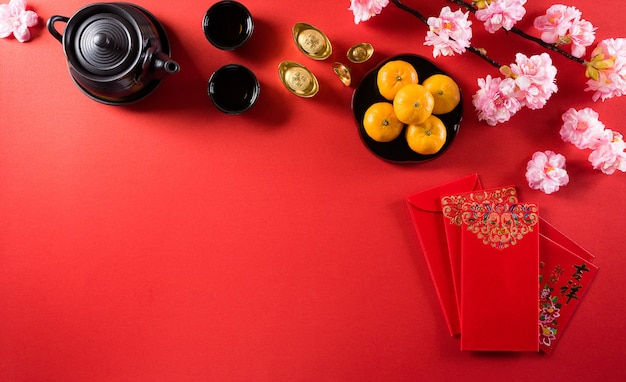 中国の旧正月の祭りの装飾の捕虜または赤いパケット、オレンジと金のインゴットまたは金の塊