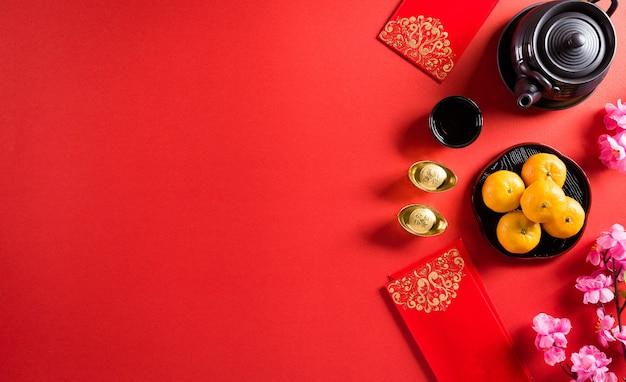 中国の旧正月の装飾の捕虜または赤いパケット、オレンジと金の延べ棒