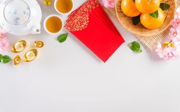 中国の旧正月の祭りの装飾の捕虜または赤いパケット、オレンジと金のインゴット