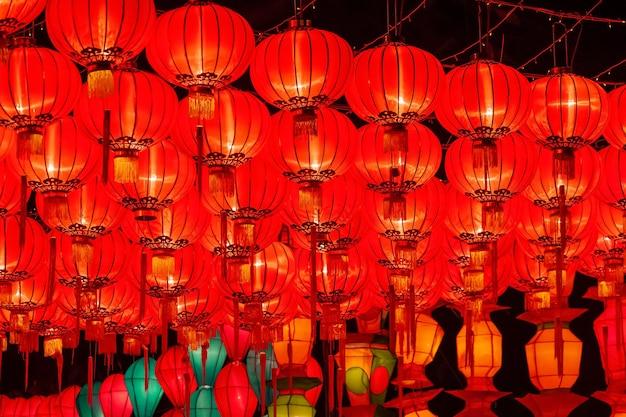 Китайские новогодние фонарики для празднования висят на улице.
