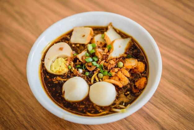 유명한 말레이시아 새우 국수 카레 스프 인 중국 국수.