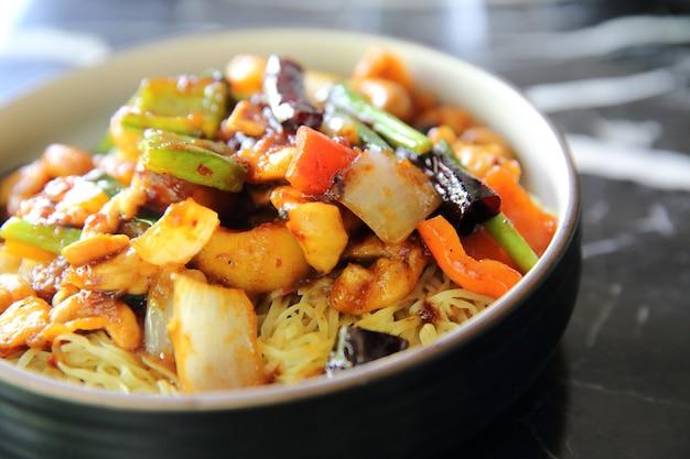 Китайская лапша с курицей и арахисом - еда китайской кухни