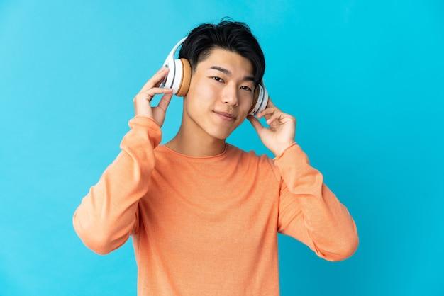 孤立した壁の上の中国人が音楽を聴く