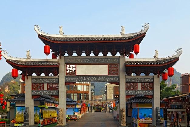 Китайская пагода в туристическом городке в гуйлине, как ворота на местный базар утром
