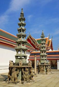 タイ、バンコクの旧市街、ワットポー仏教寺院で何世紀も前に船のバラスト石として使用された神話上の人物がいる中国の塔
