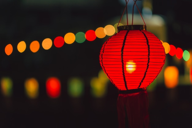 Китайская бумажная лампа красного цвета, висящая ночью