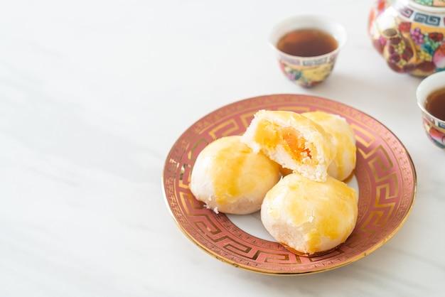 塩漬け卵ピーナッツの中華ペストリー月餅またはナッツと塩漬け卵の春巻きペストリー-アジア料理スタイル