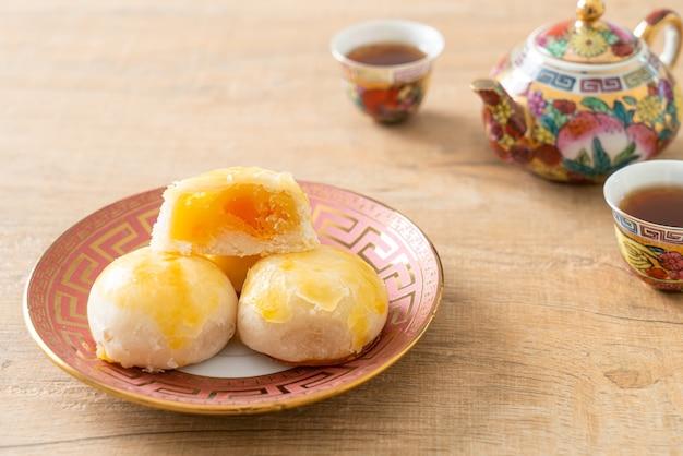 塩漬け卵ピーナッツ入り中華ペストリー月餅またはナッツと塩漬け卵入りスプリングロールペストリー-アジア料理スタイル