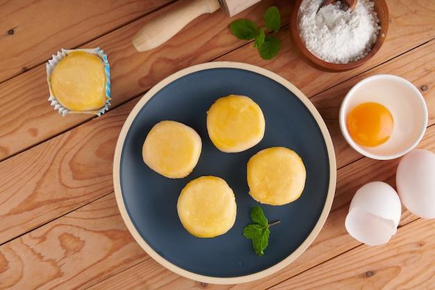 Китайская выпечка, традиционный десерт из фасоли, муки и яйца.