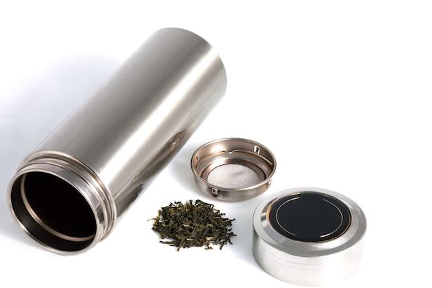 Китайский персональный термос с листьями зеленого чая для традиционного китайского напитка, изолированного на белом