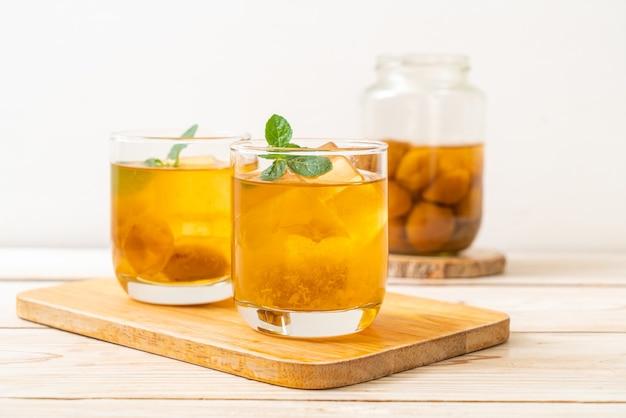 Сок китайской сливы со льдом и мятой
