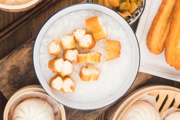 中国のお粥の朝食セット、揚げパンスティック、白いお粥、