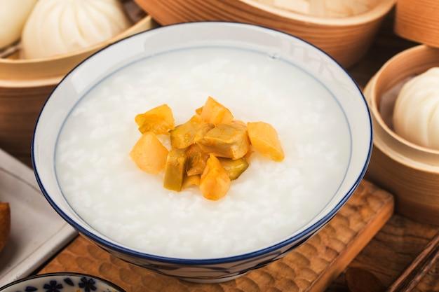 中国のお粥の朝食セット、揚げパンスティック、白いお粥、 Premium写真