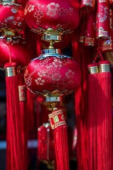 Китайский красный и золотой фонарь на фестивале китайского нового года на улице в сингапуре, крупным планом