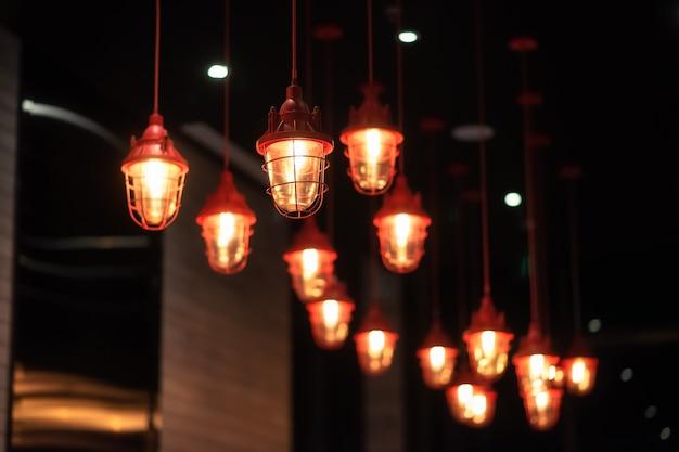 중국의 붉은 금속 샹들리에가 고급 호텔의 천장, 많은 램프에 매달려 있습니다. 인테리어 장식.