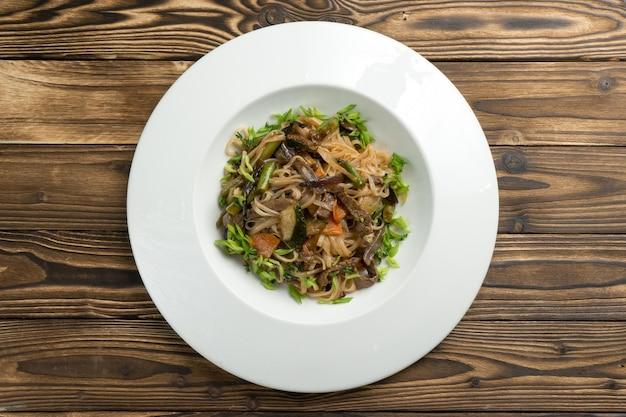 소고기, 야채, 파를 곁들인 중국 쌀국수.