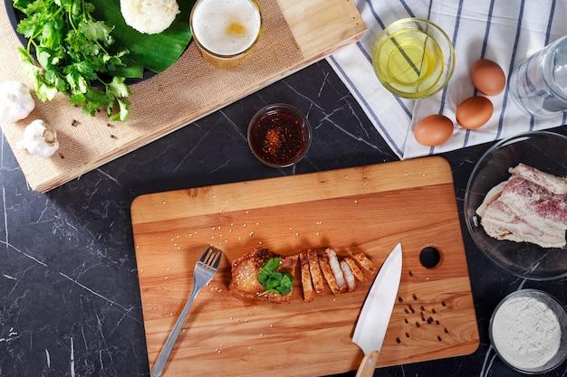 中華まな板でスライスした豚バラ肉のロースト、ビール1杯