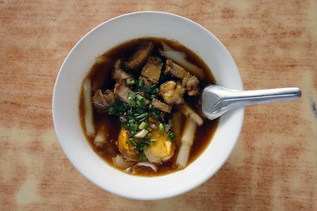 Китайский суп с лапшой, куайский кувшин