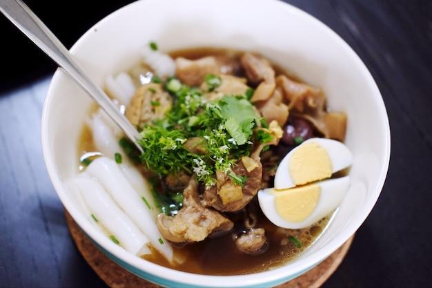 Китайский суп с лапшой с хрустящей свининой и кипятить яйцо в белой чаше