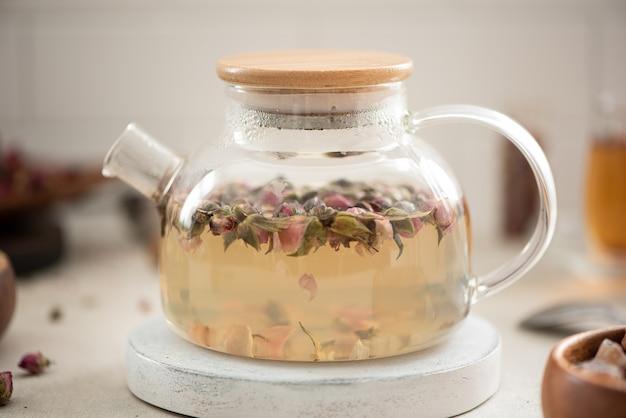 ガラスのティーポットで中国のバラのつぼみ茶