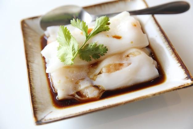 흰색 배경에 고립 된 중국 새우 춘권