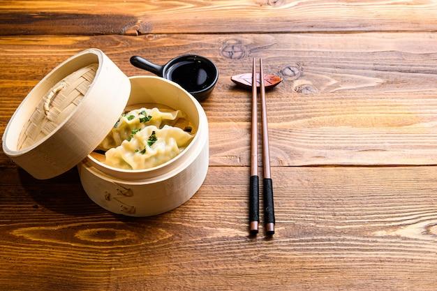 中華スナック、蒸し餃子、テーブルの上