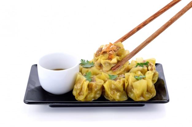 プレート上の中国の蒸し餃子