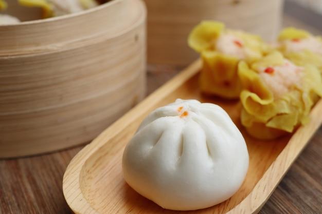 中国の蒸し餃子とパン