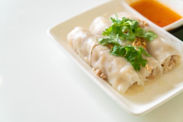 カニと中国の蒸しビーフンロール-アジア料理のスタイル