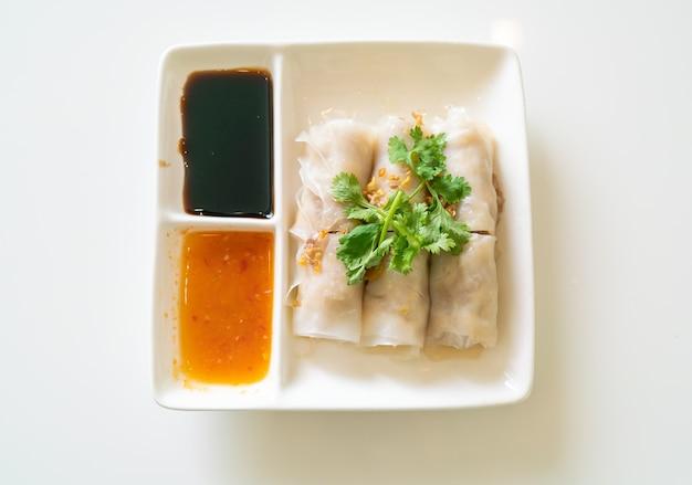カニと中国の蒸しライスヌードルロール-アジア料理のスタイル