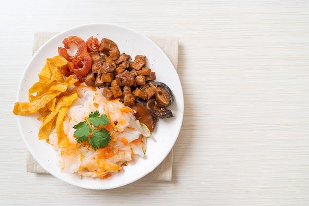 豚肉と豆腐を甘醤油で煮込んだ中華蒸し米麺-アジア料理スタイル