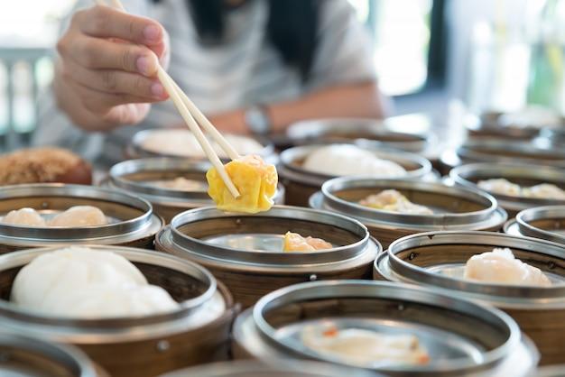 中国のレストランのテーブルの竹のバスケットで中国のストリーミング餃子。
