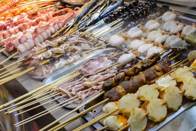 중국 길거리 음식. 거리 거래. 중국 하이난성 싼야의 아시아 해산물 시장에서 중국의 신선한 해산물. 비문: 이름 음식.