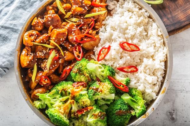チキンシチュー、ご飯、ブロッコリー、唐辛子、シーサメを使った中華料理。