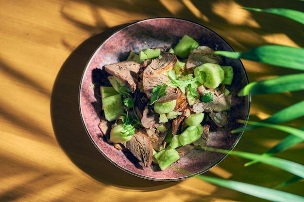 中華風スパイシービーフときゅうりのピクルスサラダ。