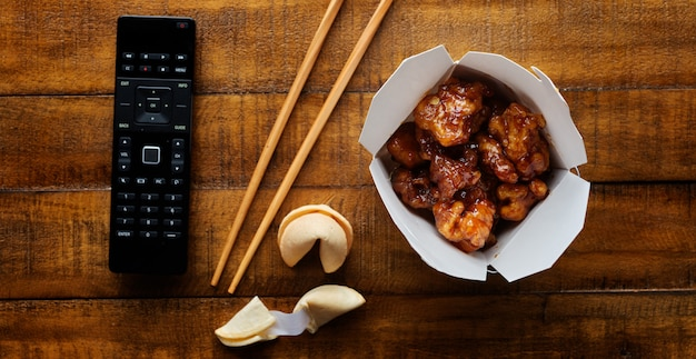中国人は、テーブルトップパノラマで一般的なtsosチキンでテイクアウトします