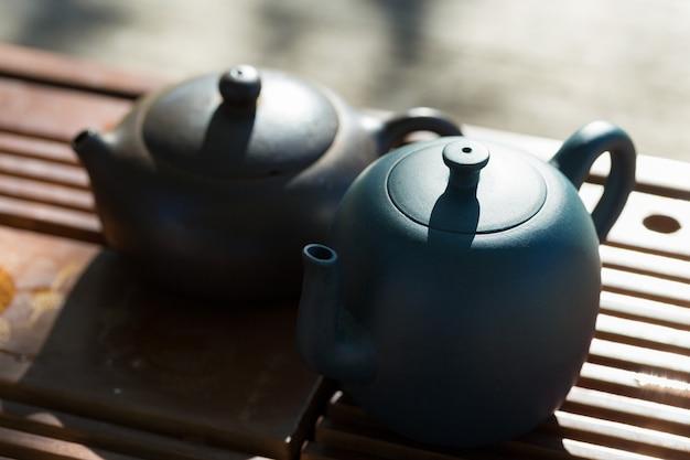 중국 다도. 나무 배경에 점토와 그릇으로 만든 세라믹 찻주전자.