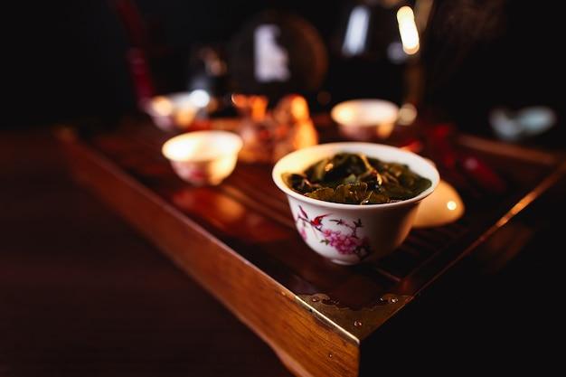 Китайская чайная церемония. чашка чая на чайном столе chaban.