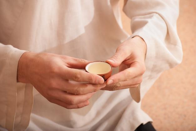 中国の茶道は着物の茶人によって行われます